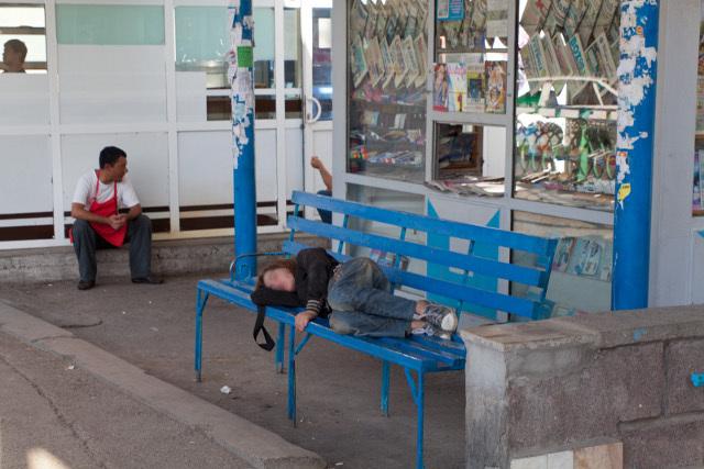 Украинку оставили умирать на скамейке