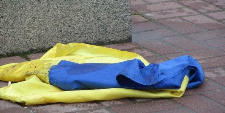 Поляки растоптали украинский флаг