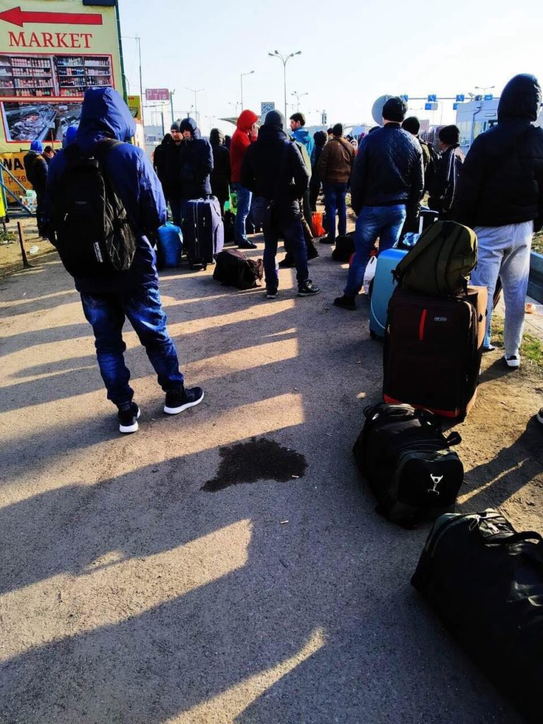 Украинцы ждут попутку в Польше